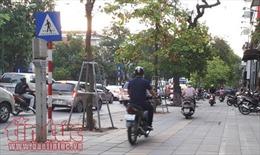 Xe máy vẫn vô tư đi trên vỉa hè Hà Nội