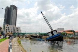 Tuột dây neo, ghe chở đất 'chìm nghỉm' khi thi công dự án chống ngập
