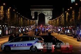 Xe đâm vào cảnh sát tại Đại lộ Champs Elysees của Pháp