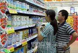 Giá sữa bán buôn giảm nhưng giá bán lẻ vẫn 'đứng yên'
