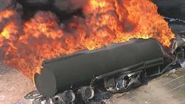 Xe bồn tông dải phân cách bốc cháy dữ dội