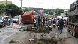 Bình Phước: Nổ lốp khi đổ dốc, xe container gây tai nạn nghiêm trọng
