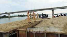 Bắt quả tang hai tàu hút cát trái phép trên sông Thu Bồn