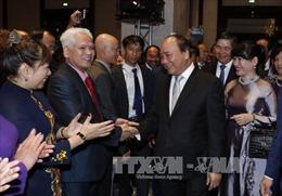 Thủ tướng gặp gỡ nhân viên Đại sứ quán và cộng đồng người Việt tại Đức