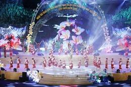 Liên hoan nghệ thuật quần chúng và trình diễn trang phục truyền thống dân tộc