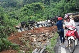 Xe container lật sát mép vực đèo Bảo Lộc, tài xế thoát chết trong gang tấc