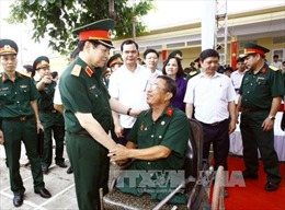 Đại tướng Ngô Xuân Lịch thăm, tặng quà thương bệnh binh tỉnh Hà Nam