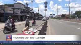 Cột biển báo giao thông đổ trúng người đi đường