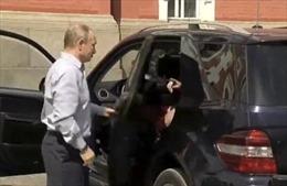 Danh tính bất ngờ về 'người phụ nữ váy đỏ' ngồi sau xe Tổng thống Putin