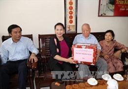 Chủ tịch Quốc hội Nguyễn Thị Kim Ngân tặng quà đối tượng chính sách tại Quảng Nam