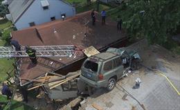 Xe SUV lao vọt lên mái nhà dân