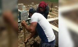 Bà mẹ Lebanon đào mộ con trai nhường chỗ chôn cậu bé tị nạn Syria