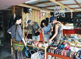 Đình chỉ hoạt động cơ sở bán hàng 'chui' cho khách nước ngoài