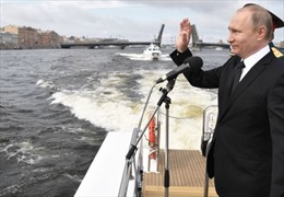Xem hạm đội tàu chiến Nga liên tục khai hoả trong lễ diễu binh hải quân