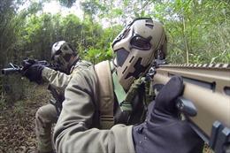 Đặc nhiệm Anh thử nghiệm mũ bảo hiểm 'Star war' chống đạn AK 47