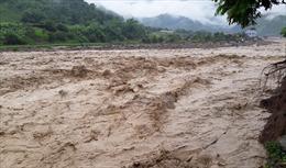 Hỗ trợ gạo, mỳ tôm và nước uống cho người dân vùng lũ Mường La, Sơn La
