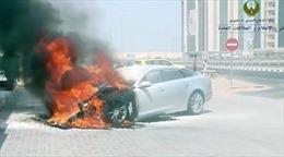 Xe ô tô bất ngờ bốc cháy ngùn ngụt trong nắng nóng