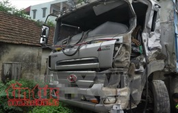 Xe tải mất phanh lao vào cột điện, 3 người tử vong tại chỗ