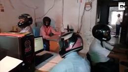 Ngã ngửa với lý do nhân viên văn phòng đội mũ bảo hiểm khi làm việc