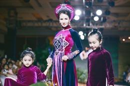 Diễn viên Việt Trinh, Hoa hậu Sương Đặng vui Trung thu sớm trên sân khấu thời trang