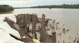 Bến Tre: Tượng đài đánh tàu có nguy cơ sụp đổ xuống sông Giồng Trôm