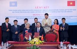Ký kết thỏa thuận thành lập hai Trung tâm dạng 2 về Toán học và Vật lý