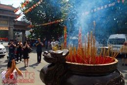 Người dân đổ về các chùa nguyện cầu mùa Vu lan báo hiếu