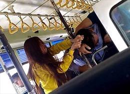 Đôi nam nữ ẩu đả với nhân viên xe buýt vì không cho mở cửa sổ