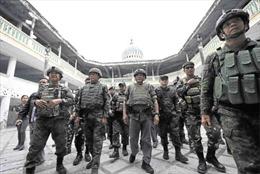 Tổng thống Philippines trần tình lí do mặc quân phục đi bốt vào nhà thờ