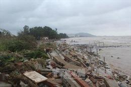 Thanh Hóa: Nhiều bản bị nước lũ chia cắt, bờ biển sạt lở nặng nề