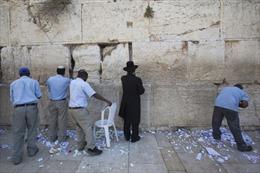 Nghi lễ dọn thư gửi Chúa trên Bức tường Than khóc tại Jerusalem