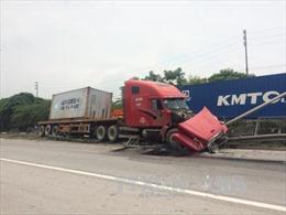 Xe container va chạm với xe máy, Quốc lộ 5 ùn tắc nghiêm trọng