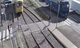 Mải dùng điện thoại khi qua đường tàu, người phụ nữ bị cán lìa chân