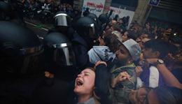 Cảnh hỗn loạn tại Catalonia khi cảnh sát đụng độ với người biểu tình