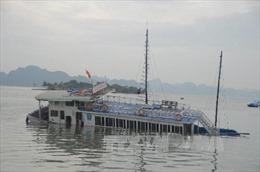 Trục vớt, lai kéo tàu du lịch bị chìm trên biển về bờ an toàn