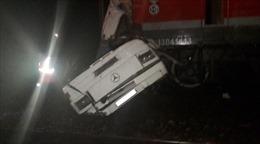 Xe buýt vượt đèn đỏ bị tàu hỏa xé làm đôi