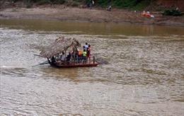 Vượt suối bằng bè tự chế, người dân Mỏ Vàng mòn mỏi chờ một cây cầu