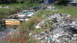 Bắt quả tang người thu gom rác đổ chất thải công nghiệp ra môi trường