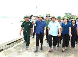 Thủ tướng Nguyễn Xuân Phúc trực tiếp đi thị sát, hộ đê tại Ninh Bình
