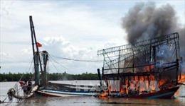 Dập tắt đám cháy trên tàu cá của ngư dân