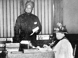 Tình bạn sâu đậm giữa Nữ hoàng Anh và người hầu Ấn Độ trẻ tuổi