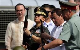 Tổng thống Philippines lên tàu chiến Nga nhận 5.000 khẩu AK