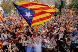 Thế giới tuần qua: Đảng cầm quyền Nhật Bản thắng cử áp đảo, Catalonia khăng khăng 'dứt áo' ra đi