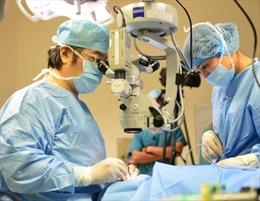 Giáo sư Donald Tan sẽ ghép giác mạc miễn phí cho 4 bệnh nhân nghèo