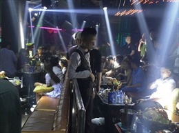 Kiểm tra đồng loạt quán bar Sài Gòn, dân chơi phi tang viên nén nghi là ma túy