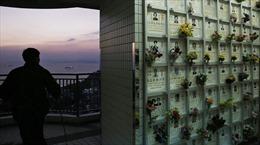 Chết không có đất chôn, nhiều gia đình Hong Kong gửi tro cốt sang đại lục