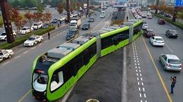Tàu điện 'thông minh' lần đầu chạy trên đường ray ảo tại Trung Quốc