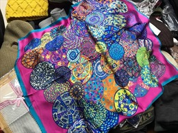 Việt Nam đã nhập khẩu 8.800 chiếc khăn lụa từ Trung Quốc