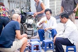 Bắt gặp Chế Linh ngồi 'trà đá vỉa hè' ở Hà Nội