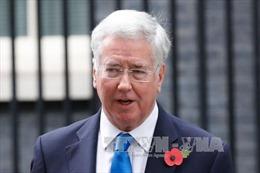 Nội các Anh chao đảo vì bê bối quấy rối tình dục, Bộ trưởng Quốc phòng từ chức